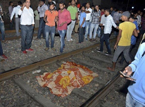 Vlak zapeljal v množico vernikov, vsaj 55 mrtvih