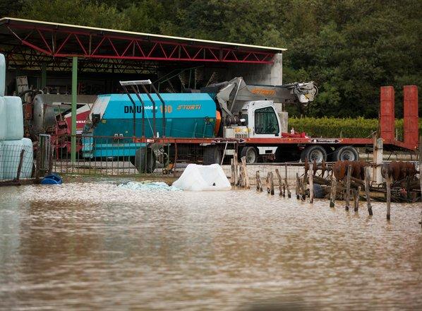 Gasilci imajo polne roke dela: ogrožena kmetija na Brjah, skupaj z živino
