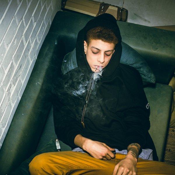 Tako lahko pri najstniku prepoznate znake uživanja drog