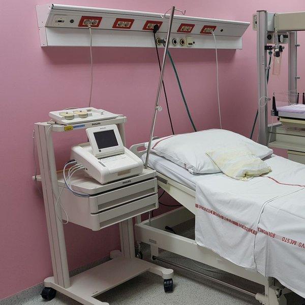 Porodnišnica Novo mesto: v apartmaju lahko biva cela družina