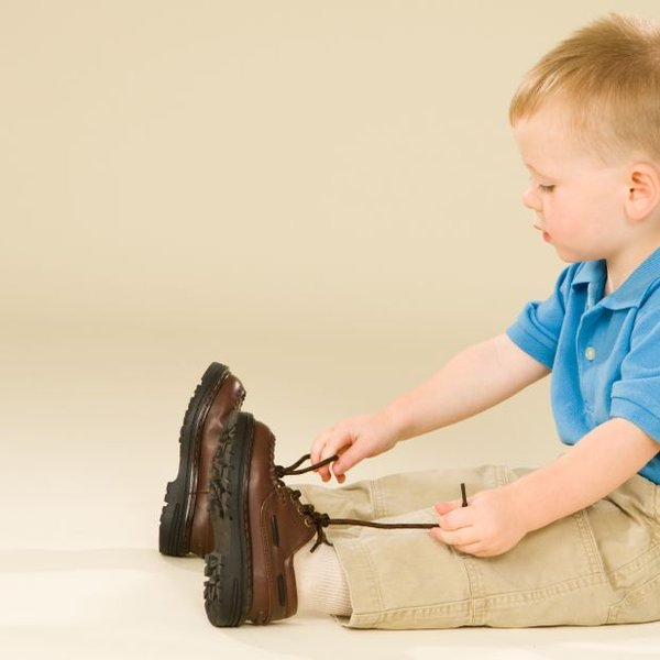 Rezultat iskanja slik za samostojen otrok zavezovanje čevljev