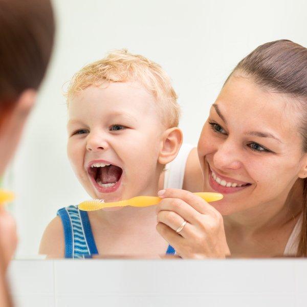 Zobozdravnica svetuje, kako in do kdaj morate otroku čistiti zobe starši