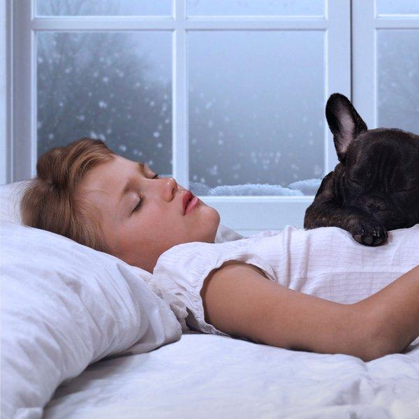 Ali lahko otrok spi s hišnim ljubljenčkom?