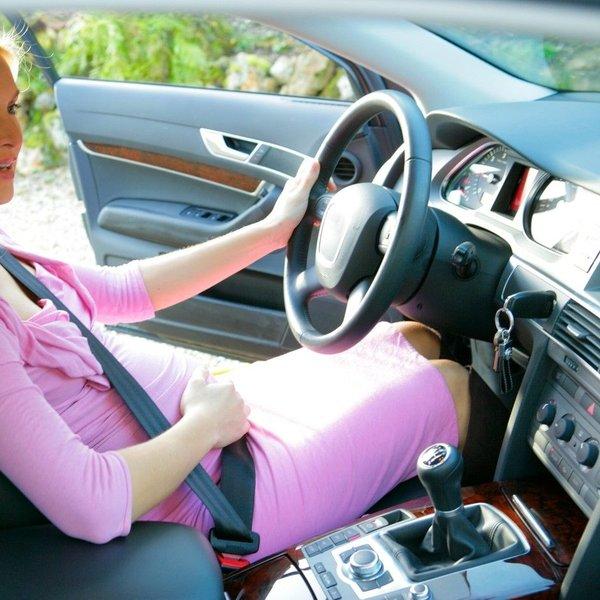 Do kdaj in koliko lahko nosečnica vozi avtomobil?
