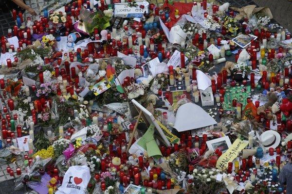 V spomin na žrtve v Barceloni polagajo cvetje