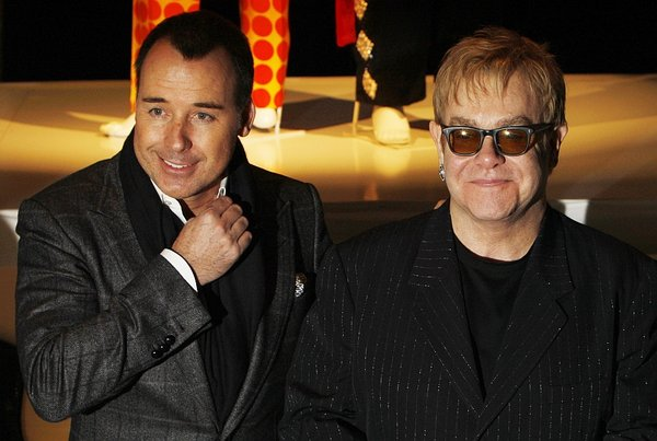 Dobrodelna prodaja oblek Eltona Johna-4