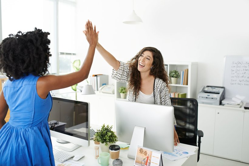 Dobri sodelavci se podpirajo, in sicer ne glede na to, ali so prijatelji ali ne izzven delovnega časa. Profesionalen in kolegialen odnos do vseh je ključnega pomena za dobro delovanje kolektiva. Takšni morajo biti še posebej vodje, ki so nato zgled svojim zaposlenim.