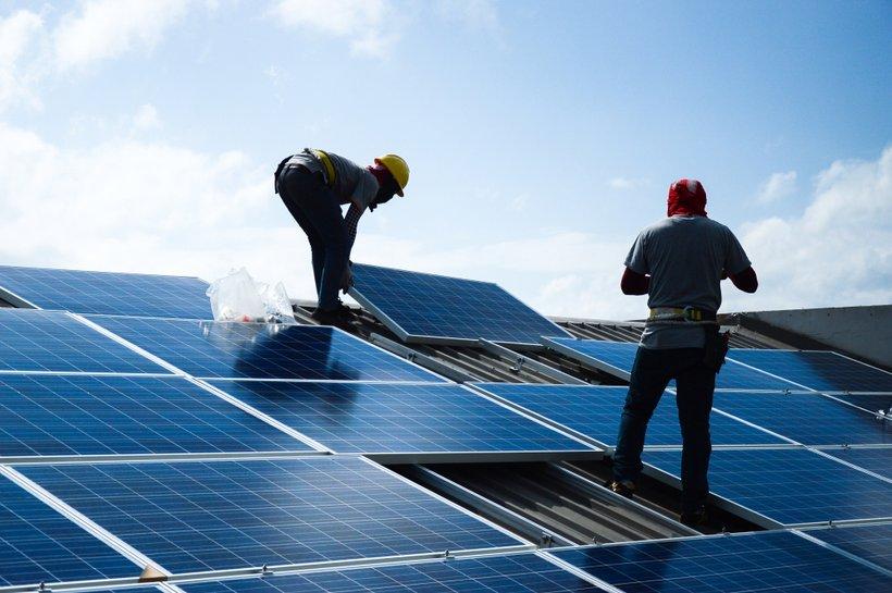 Ker gre pri samooskrbni mikro sončni elektrarni za dolgoročno naložbo, je izjemno pomembno, da izgradnjo zaupamo kakovostnemu partnerju.