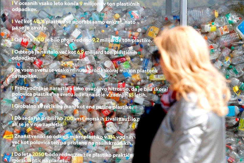 Stekleni zabojnik s plastičnimi odpadki