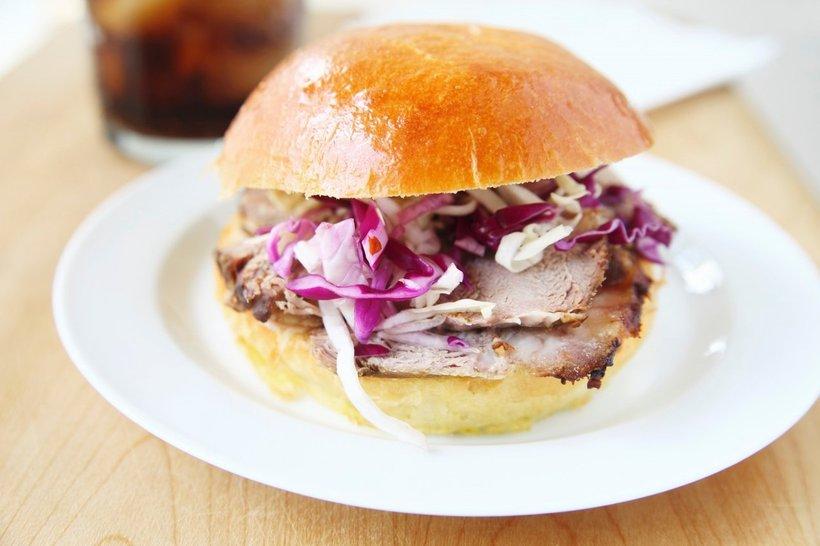 Sendvič je tako okusen, da se nikoli več ne boste spraševali, kako bi porabili ostanke svinjske pečenke.