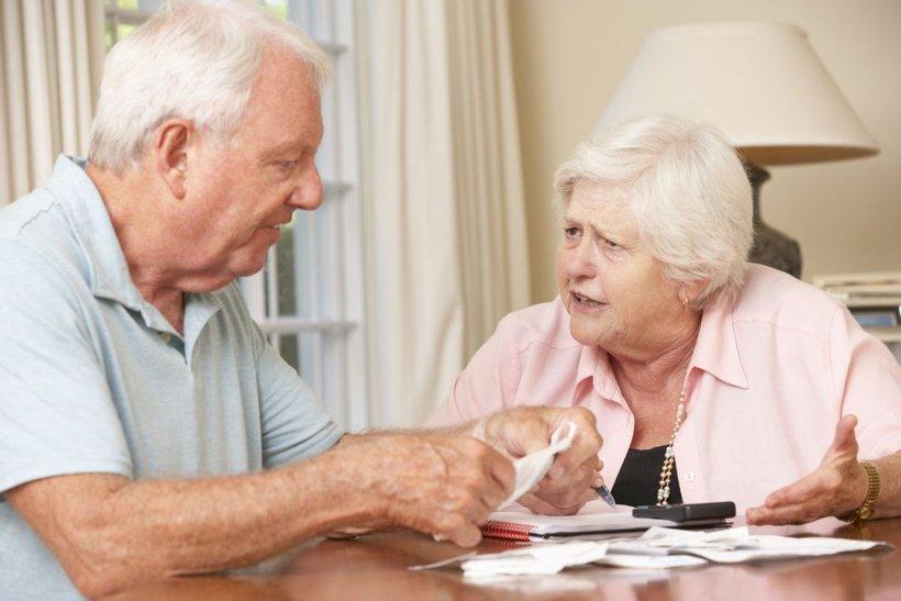 Par pregleduje račune