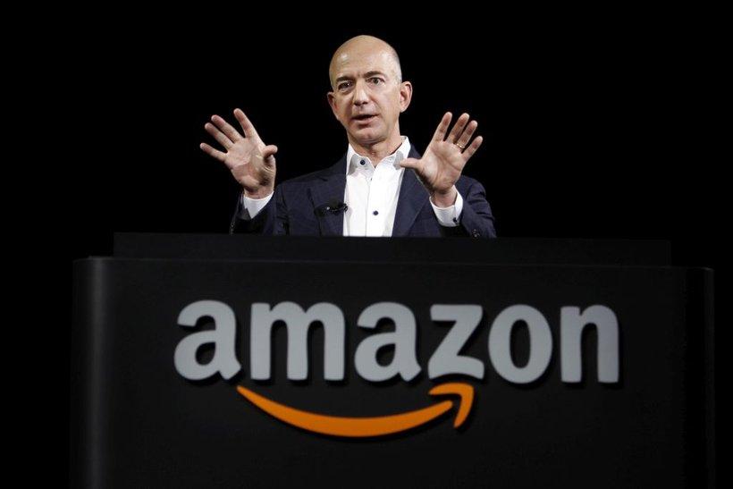 Delnice Amazona so se zadnje dni dražile in Bezos se je po lestvici agencije Bloomberg in revije Forbes v četrtek za kratek čas povzpel na prvo mesto lestvice najbogatejših na svetu.