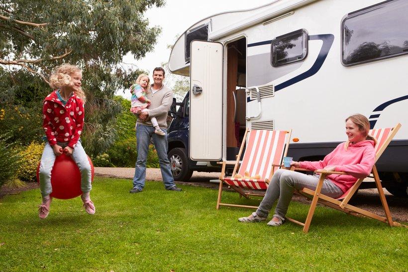 Počitnice z avtodomom imajo to prednost, da omogočajo družinam, tudi parom in skupinam prijateljev, večjo povezanost in možnost sodelovanja.