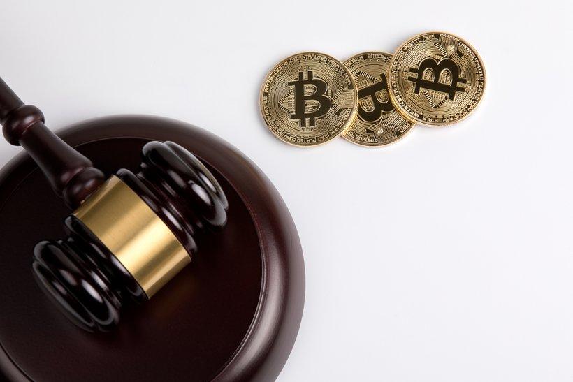 Pozivi k tesnejšemu nadzoru nad kriptovalutami so posledica velikih nihanj vrednosti tega premoženja. Prav tako je problematično nenehno nastajanje novih kriptovalut oziroma kriptožetonov, skrbi pa tudi priljubljenost tega premoženja v svetu kriminala.
