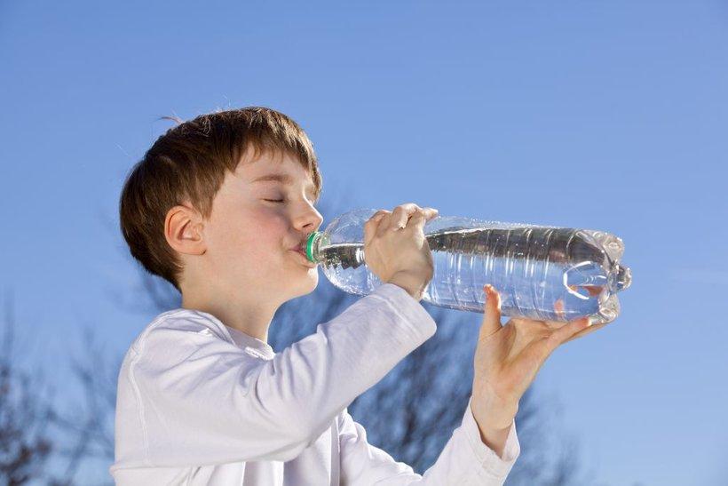 Voda iz plastenk vsebuje 22-krat več plastičnih mikrodelcev kot voda iz pipe.