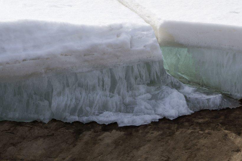 Trajno zamrznjena tla zadržujejo veliko ogljikovega dioksida in metana. Znanstveniki so zato zaskrbljeni zaradi ugotovitev o nestabilnosti permafrosta, saj obstaja nevarnost, da se med hitrim odtajanjem sprostijo ogromne količine plinov.