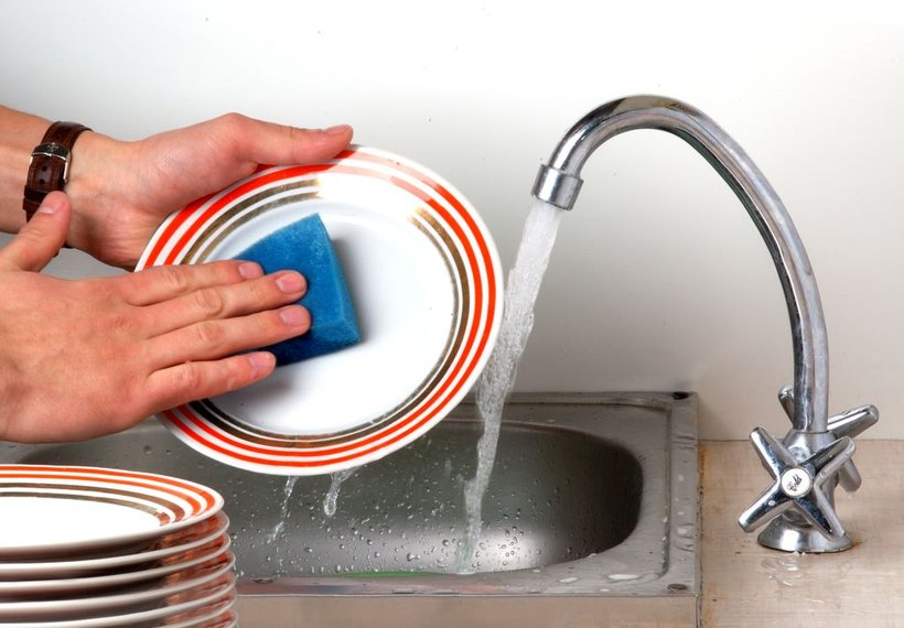 Ali med pomivanjem posode pustite, da voda teče, tudi kadar je ne potrebujete?