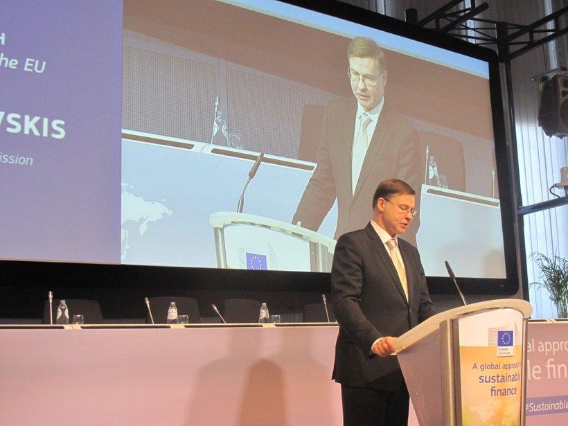 """Kot svari Dombrovskis, moramo, če se želimo izogniti črnim scenarijem, delovati takoj, časa za to pa ni več. Za dosego ciljev potrebujemo 180 milijard evrov dodatnih naložb letno: """"Tega denarja pa nimamo, zato mora zasebni sektor odigrati polno vlogo v tekmi za dosego podnebnih in energetskih ciljev."""""""