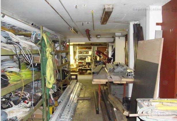 Oglas vsebuje res veliko fotografij, a fotografije natrpane garaže morda niso najpomembnejše, kar si kupec želi videti ... Foto: nepremicnine.net