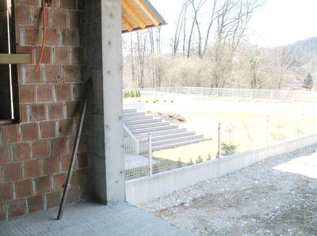 'Naprodaj je samostojna hiša'. Žal je na edini fotografiji le košček ene od sten. Foto: nepremicnine.net
