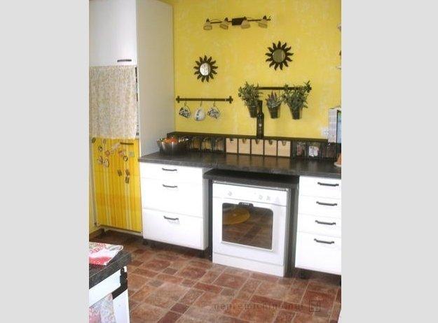 Morda ni najbolje poudariti, da bo moral kupec, da bo na štedilniku lahko kuhal, štedilnik potegniti na sredino kuhinje. Ne glede na to, da temu najbrž ni tako, je tako videti, dvoumne fotografije pa za nepremičninski oglas niso najboljša izbira. Foto: nepremicnine.net