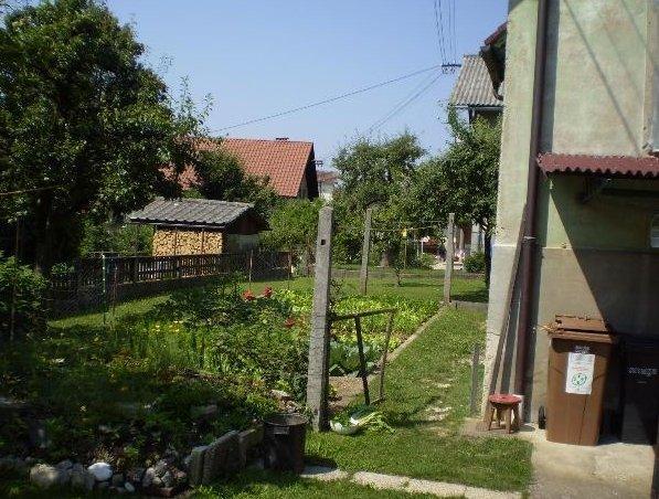 'Naprodaj je samostojna hiša'. Vemo, da je zelena, zdaj pa bi radi videli še preostanek. Žal drugih fotografij zunanjosti ni. Foto: nepremicnine.net
