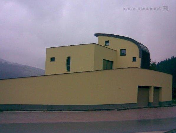 'Parcela ima gradbeno dovoljenje za zidano ograjo'. Odlična nepremičnina za ljubitelje zasebnosti. Vendar zid tako zastira pogled na vse ostalo, vendar bi kupca vsekakor zanimal še kakšen posnetek znotraj obzidja. Foto: nepremicnine.net