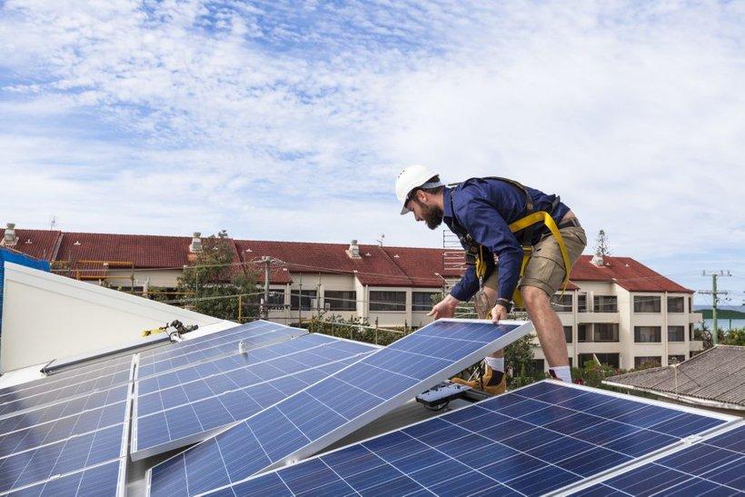 """""""Obstaja ogromen potencial, da vetrna in sončna energija nadomestita premog in odjemalcem hkrati znižata račun za elekrično energijo,"""" je optimističen O'Boyle."""