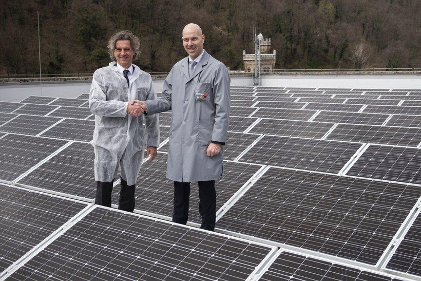 Predsednik uprave GEN-I, dr. Robert Golob ter generalni direktor Steklarne Hrastnik Peter Čas ob postavljenih solarnih panelih na steklarni.