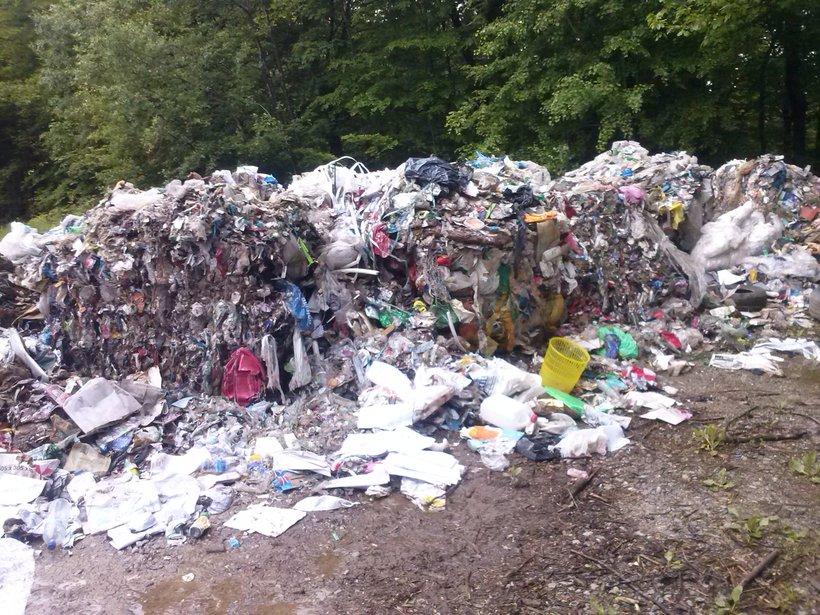 Neznanci so v naravo odvrgli ogromen kup komunalnih odpadkov