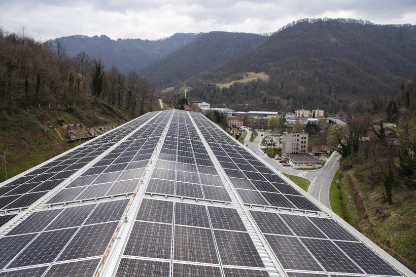 Steklarna Hrastnik je v okviru partnerstva z Razvojnim centrom Novi materiali (RCeNeM) in distributerja električne energije GEN-I postavila prvo B2B sončno elektrarno v Sloveniji.