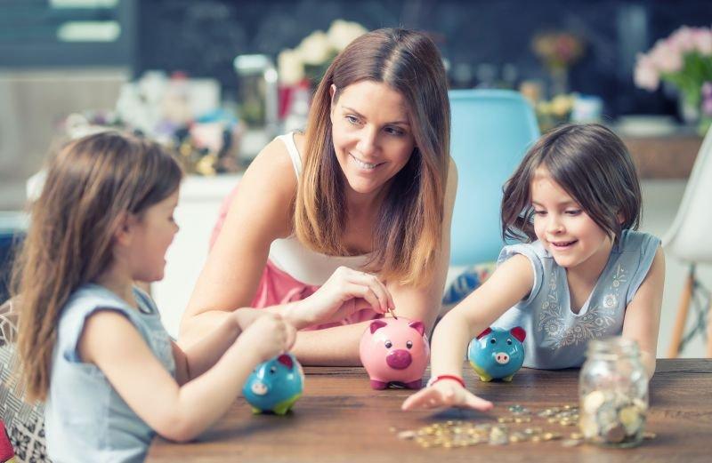 """""""Tisti starši, ki si žepnine ne morejo privoščiti, mislijo, da otroku morajo datižepnino. Ni res, da jo morate,"""" pravi Ana Vezovišek."""