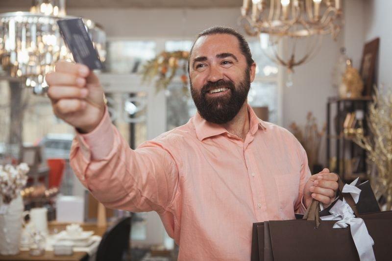 Si upate otroku pokazati denarnico? Je ta polna kreditnih kartic?