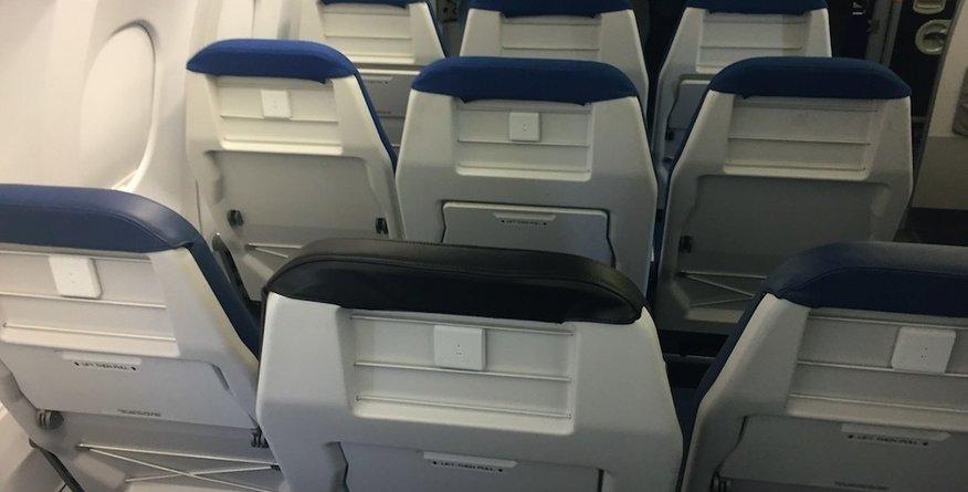 Nič več črna ovca: končno pravica za najbolj osovražen sedež v letalu