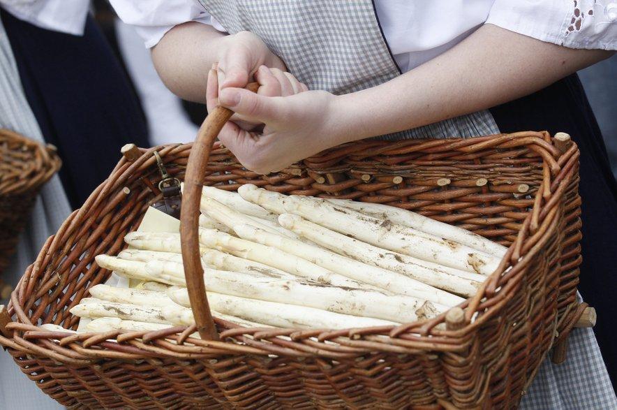 Šparglji niso le odlična jed. Imajo tudi veliko vitaminov, mineralov in vlaknin ter slovijo po nizki energijski vrednosti.