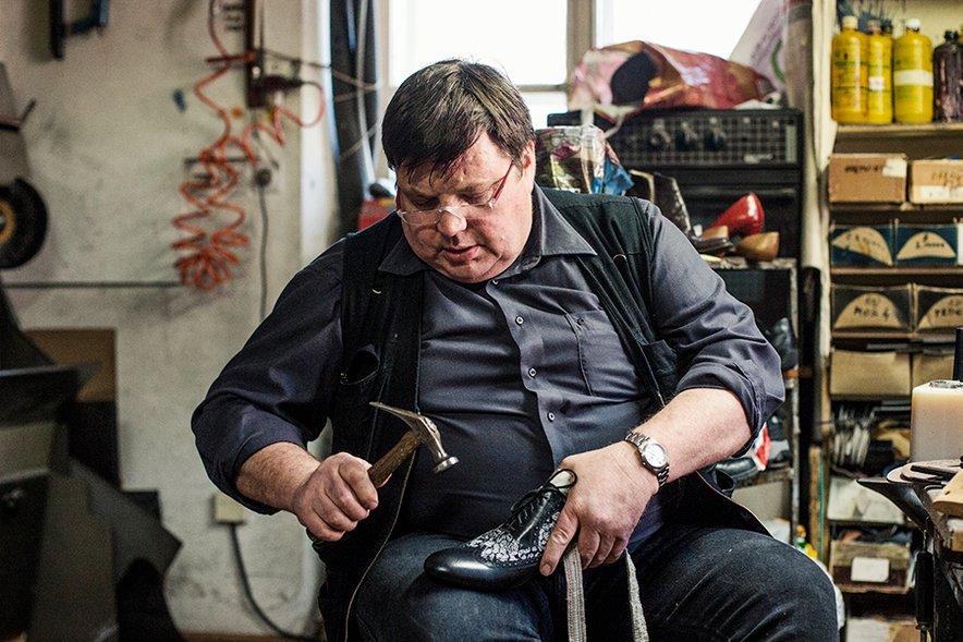 Gospod Vladimir Vodeb je zelo predan svojemu poklicu, saj na delovnem mestu preživi dve tretjini življenja.