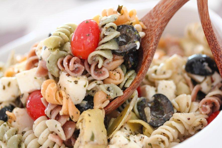 Testeninska solata s paradižniki, olivami in mocarelo