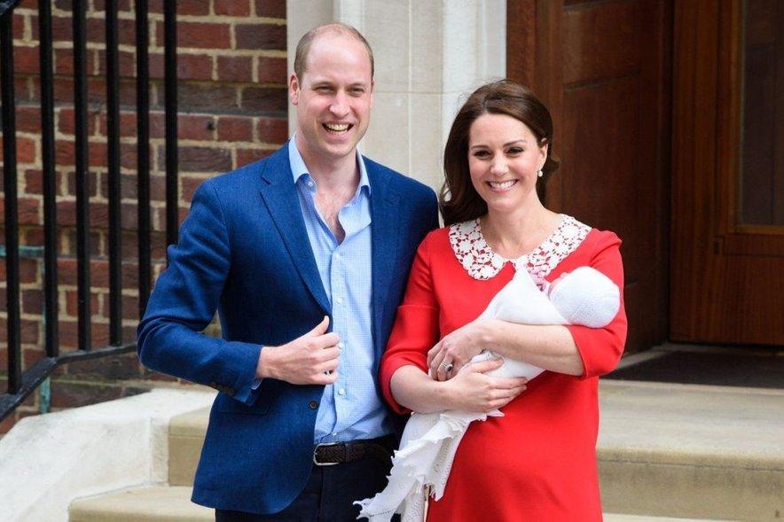 Kate je le nekaj ur po porodu s svojim novorojenčkom vsakič pozirala pred porodnišnico.