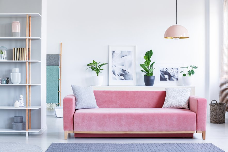 Če je kavč vpadljive pastelne barve, naj bo vse ostalo v nevtralnejših odtenkih.