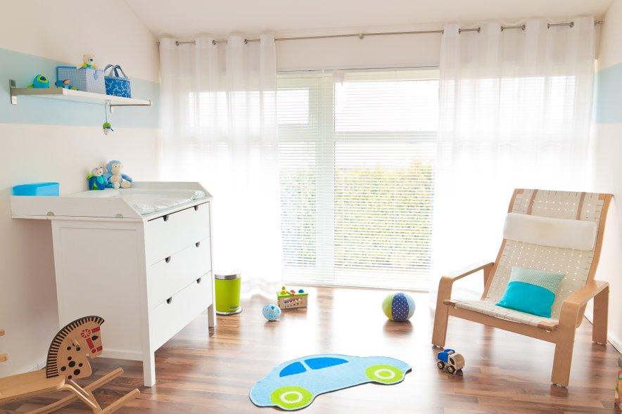Previjalna miza v otroški sobi je umeščena ob steno. Nad njo so tudi dodatne poličke, ki so v tem primeru izredno praktične.
