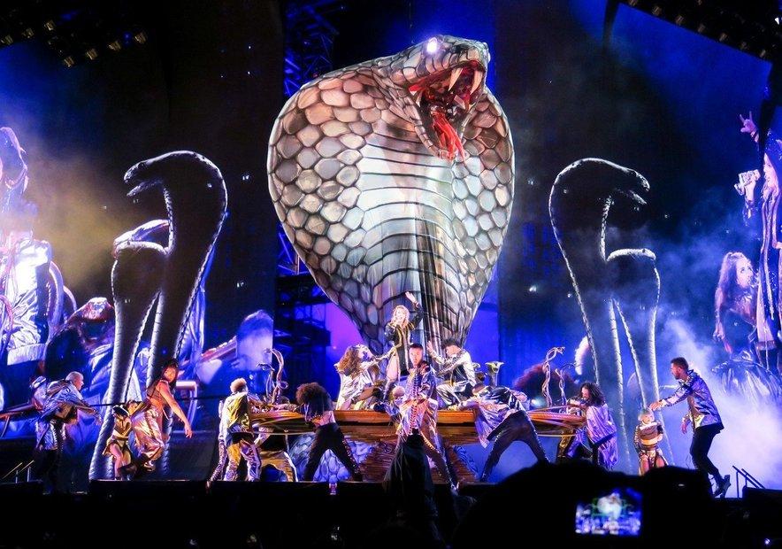 Kim Kardashian je Taylor med odmevnim prepirom označila za kačo, slednja pa je kritiko obrnila sebi v prid in celo na turneji nastopila z večmetrsko kačo.