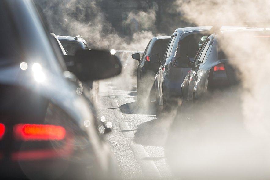 Slika, ki pogosto zavaja. Samo na videz so namreč električna vozila okolju prijaznejša, saj pozabljamo, kaj se dogaja v ozadju.