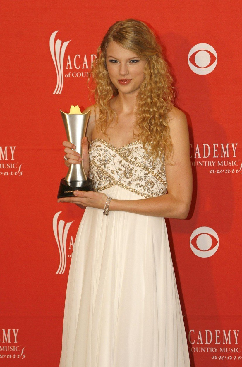 Že kmalu so po predstavitvi prvih pesmi je začela osvajati prve nagrade.