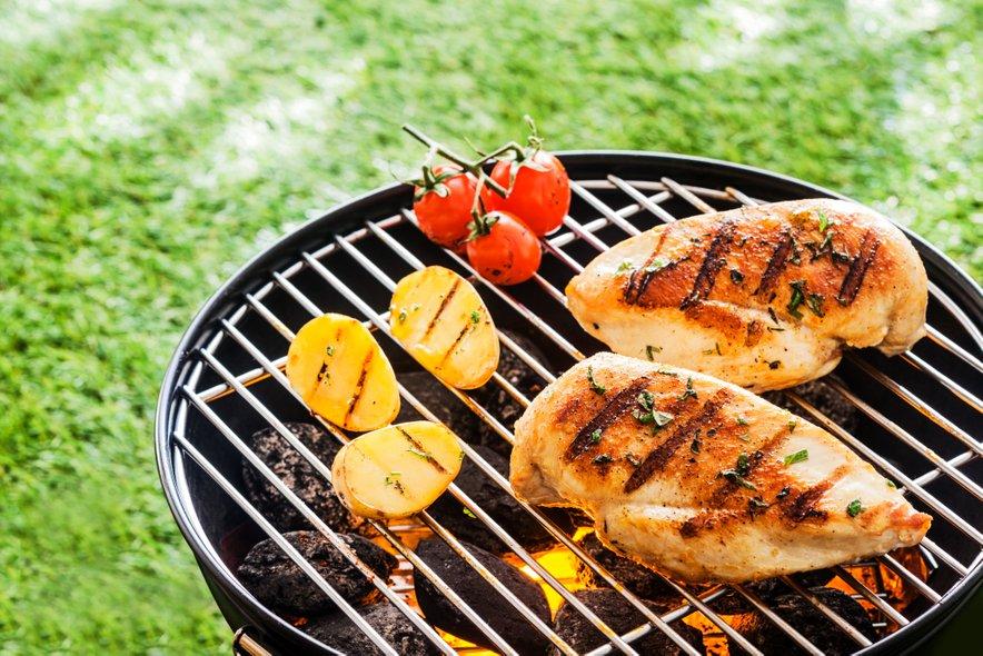 Privoščite si piščanjčje meso in zelenjavo z žara.