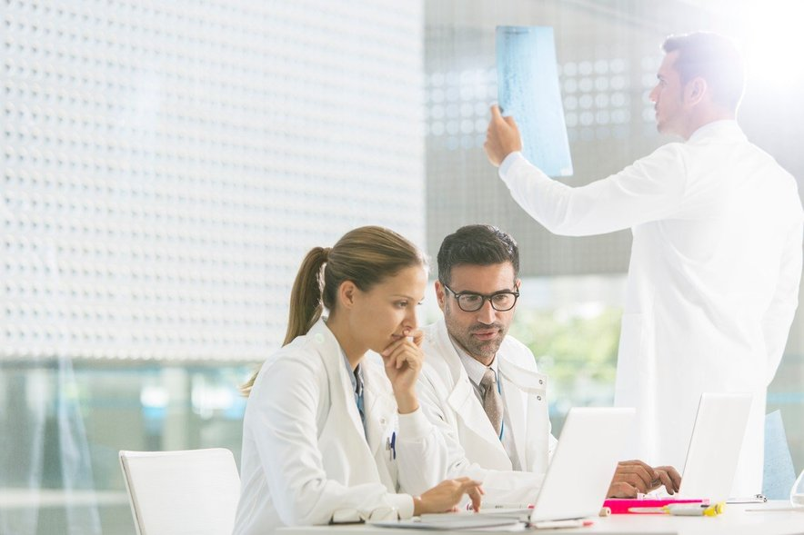 Pri metodi FoundationOne®CDx samo z enim testom, kjer bolniku odvzamejo vzorec tumorskega tkiva, odkrijejo spremembe na številnih, z rakom povezanih genih. Pregledajo celo več kot 300 genov. Prav zato storitev FoundationOne®CDx zdravniku daje obsežno poročilo o lastnostih tumorja, na podlagi katerega mu pomaga izbrati najbolj ustrezno zdravljenje za posameznega bolnika.