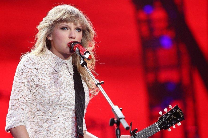 Jake Gyllenhaal naj bi na Swiftovi pustil velik pečat, njemu pa je namenjena tudi pesem All Too Well, ki jo številni glasbeni kritiki ocenjujejo kot Taylorino najboljšo pesem.
