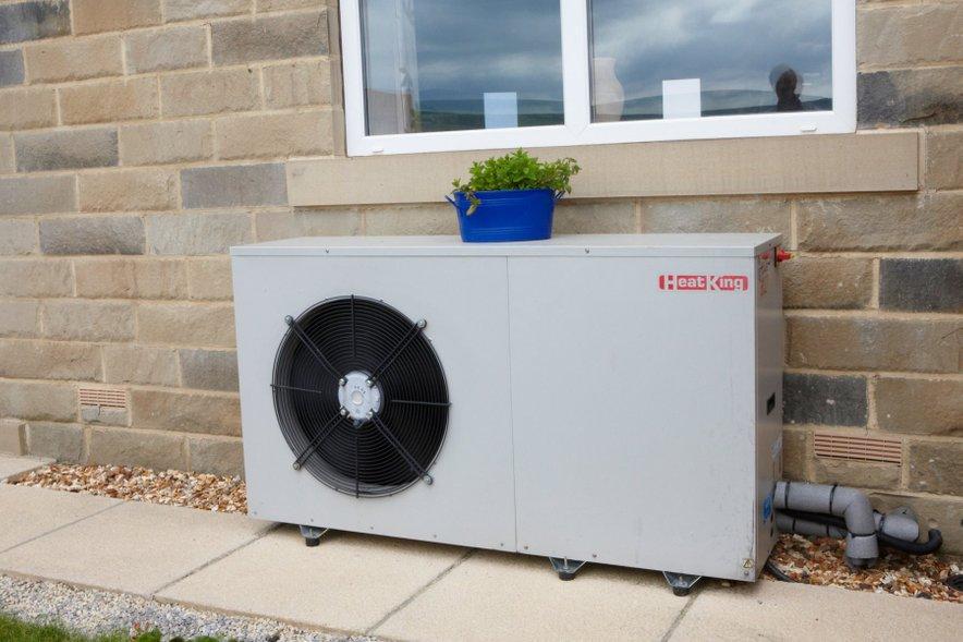 Okolico toplotne črpalke, iz katere črpalka jemlje toploto, lahko sestavljajo voda, zrak ali zemlja. Za maksimalno učinkovitost sistema je pomembna tudidobra izolacija hiše, ki preprečuje toplotne izgube.