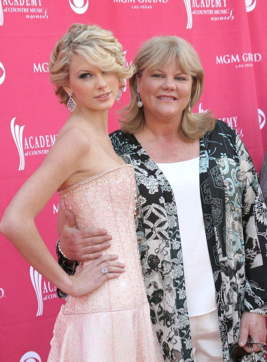 2007: Taylor na začetku svoje kariere z mamo Andreo.