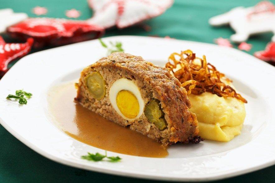 Po svetu mesno štruco pripravljajo na različne načine, zraven pa običajno ponudijo pražen ali pire krompir.
