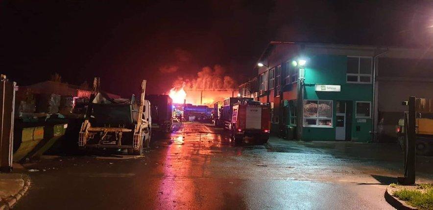 Gasilci so bili o požaru obveščeni okoli 3. ure zjutraj.